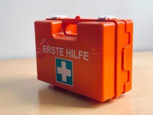 Das Foto zeigt einen Erste-Hilfe-Koffer.
